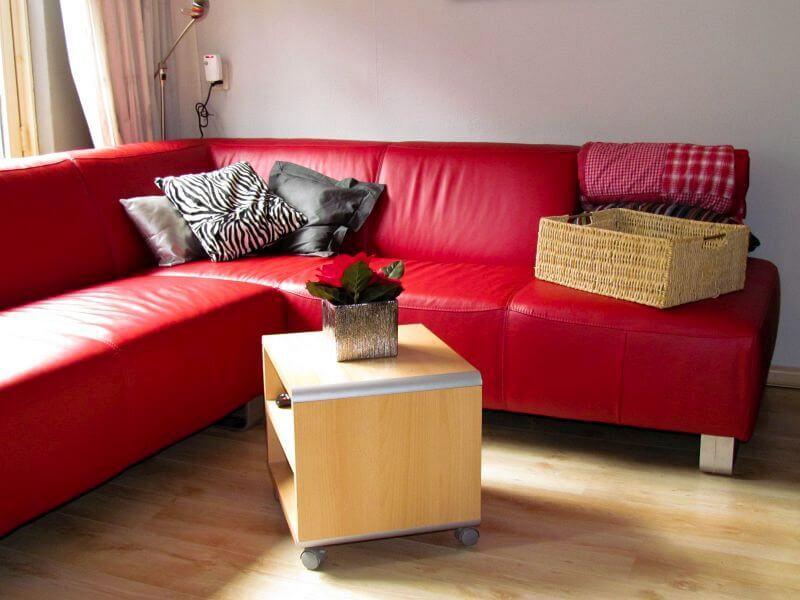 Rode hoekbank in mijn woonkamer