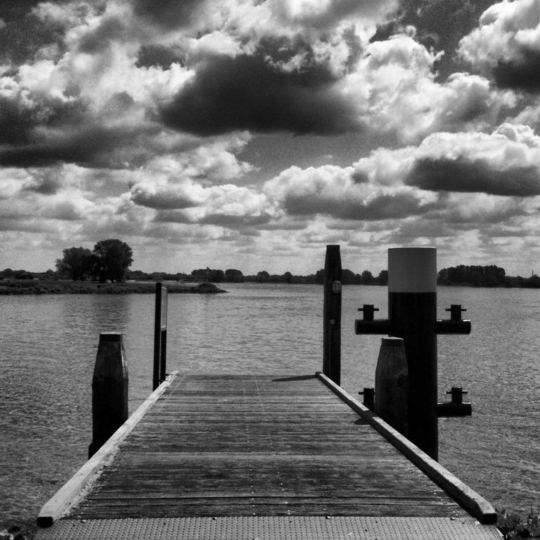 Houten steiger in zwart-wit