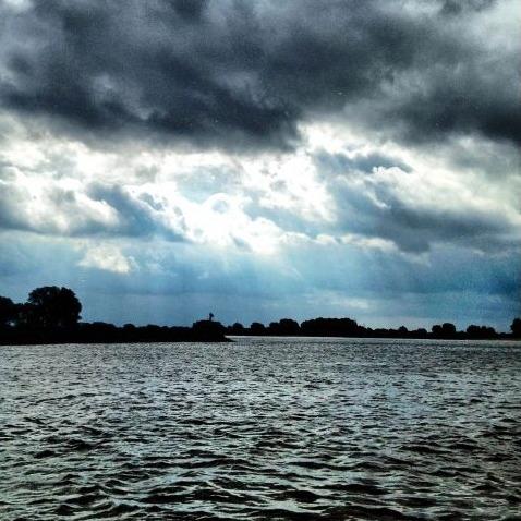 Donkere lucht boven de rivier