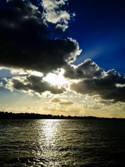 Wolken boven de rivier