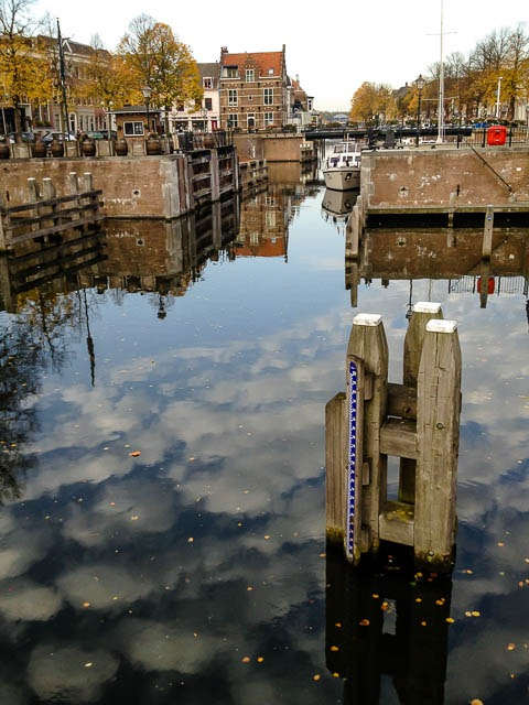 Wolkenreflectie in de haven
