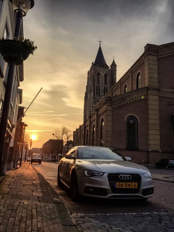 Mooie Audi met de Grote Toren op de achtergrond