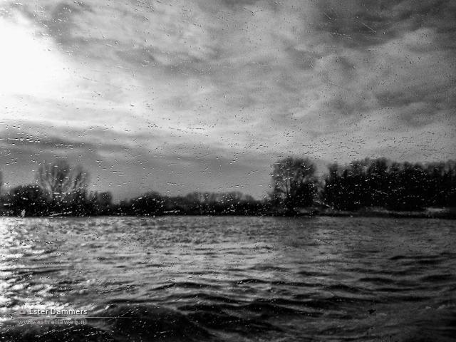 Zwart-wit foto van het water