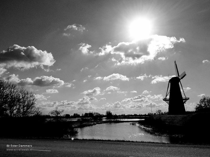 Mooie wolkenlucht boven de molen