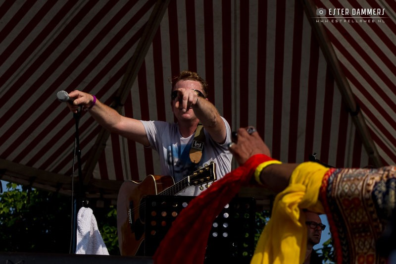 Optreden tijdens Hippiefestival