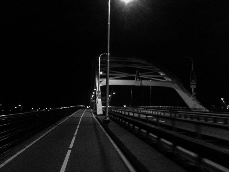 Merwedebrug in het donker