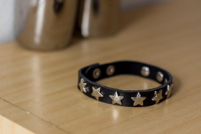 zwart armbandje met sterren