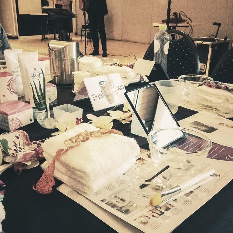 Een tafel vol spullen
