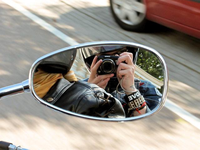 Selfie in een motorspiegel