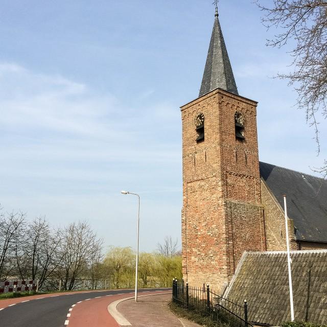 Kerk in de dijk gebouwd