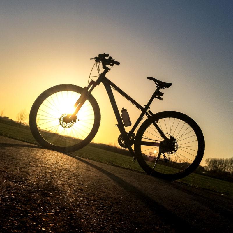 Mijn fiets bij zonsondergang