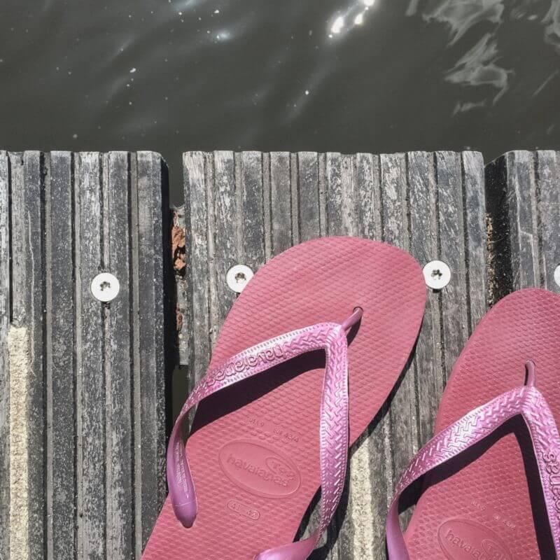 Mijn slippers op de steiger