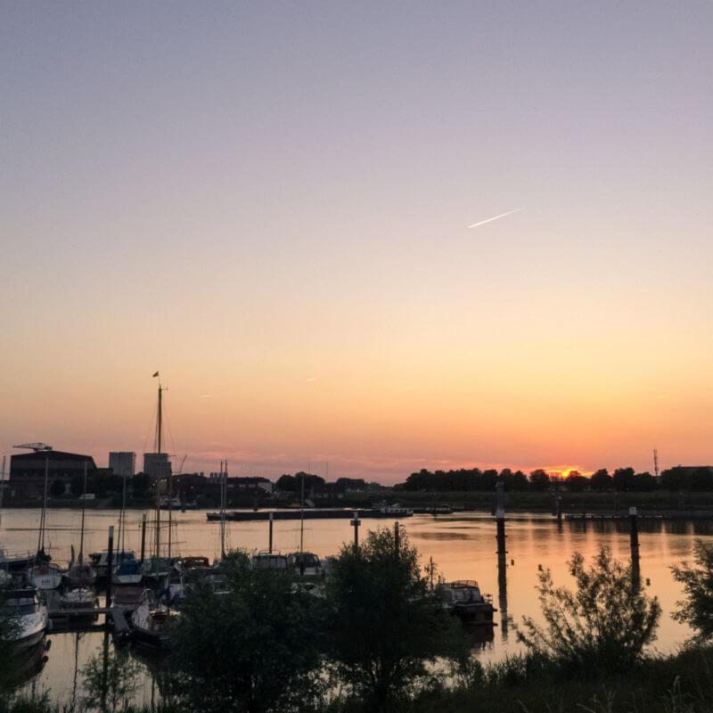 Bootjes bij zonsondergang (Vluchthaven)