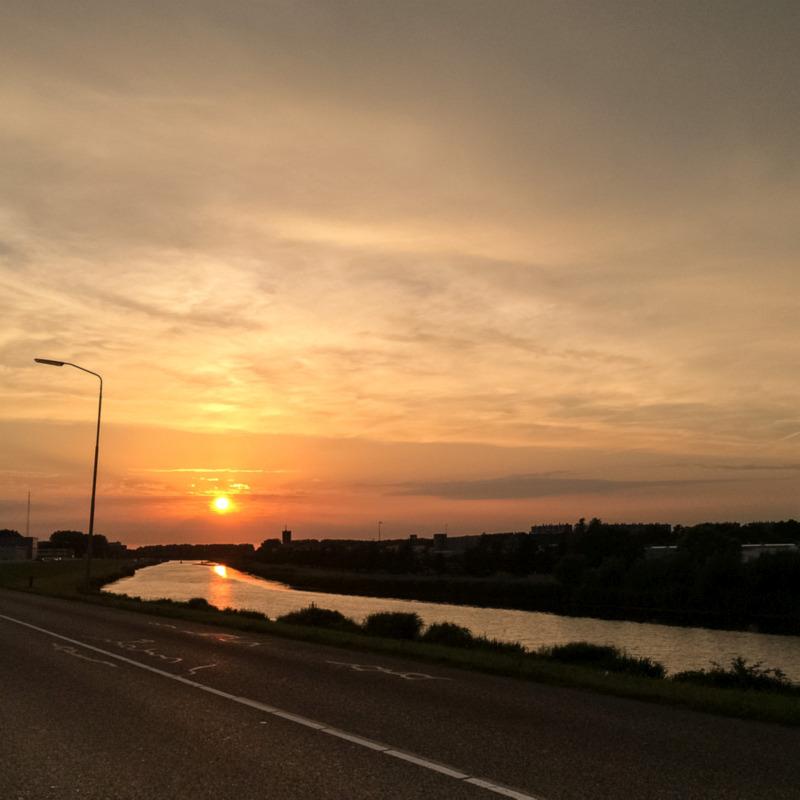De zonsondergang tegemoet