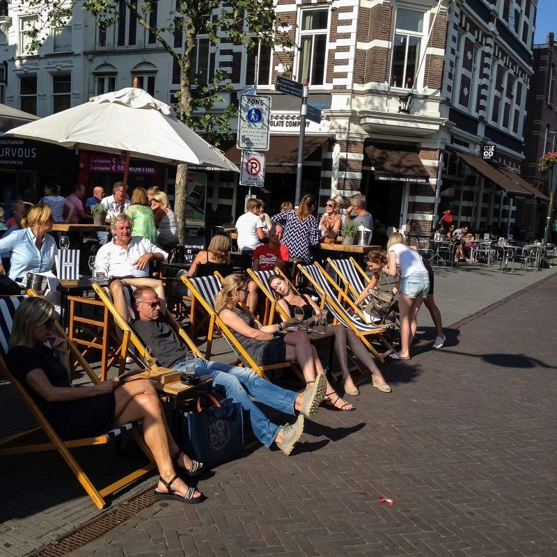 Strandstoelen op het terras in Breda