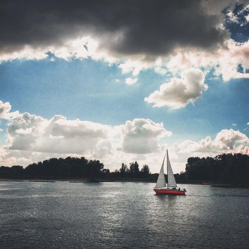 Zeilbootje op de rivier