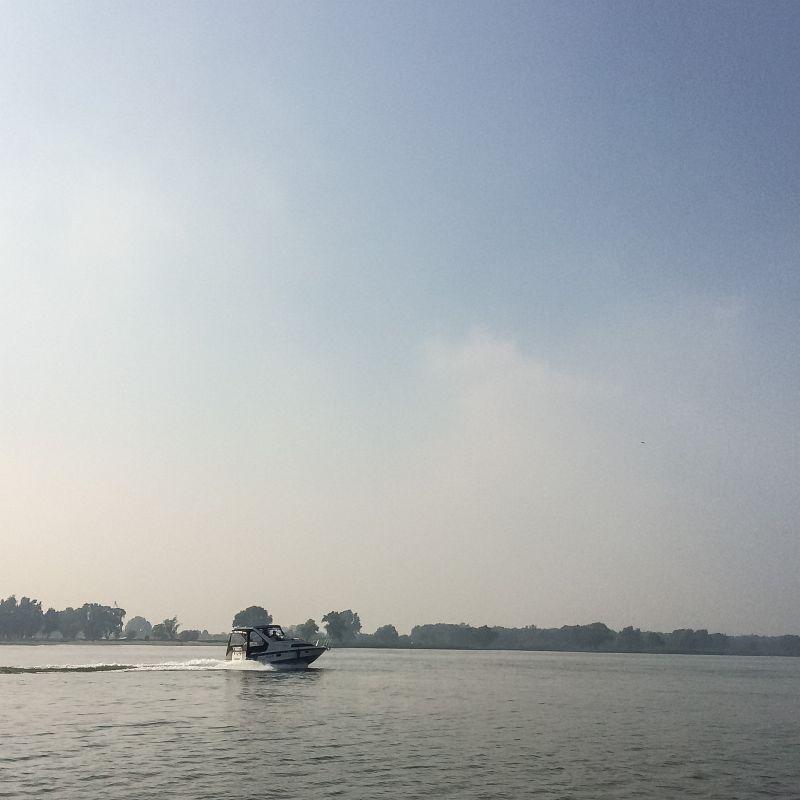 Scheuren over het water