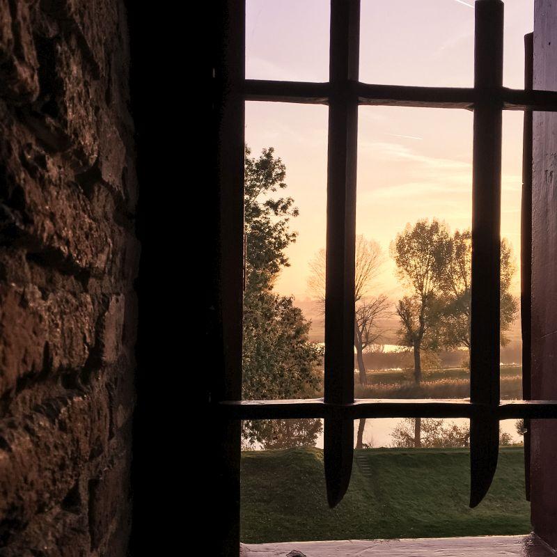 Zonsondergang vanuit een kasteelraam