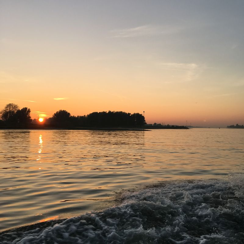 Varen bij zonsondergang