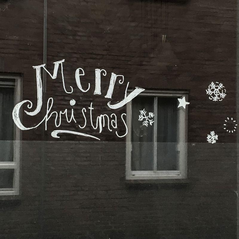 Kerst-tekst op de ruit