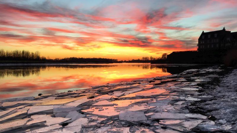 Zonsondergang en ijsschotsen