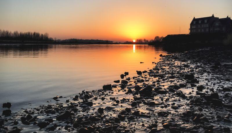 Mooie zonsondergang boven het water