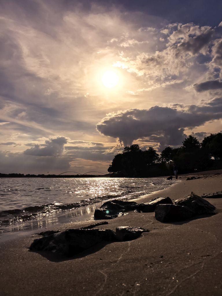Mooie wolken boven het strandje