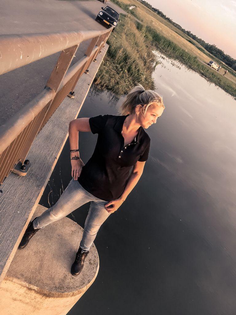 Ik op een brugpijler