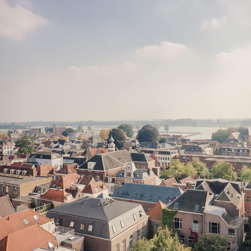 Heel veel huizen met de Merwede erachter