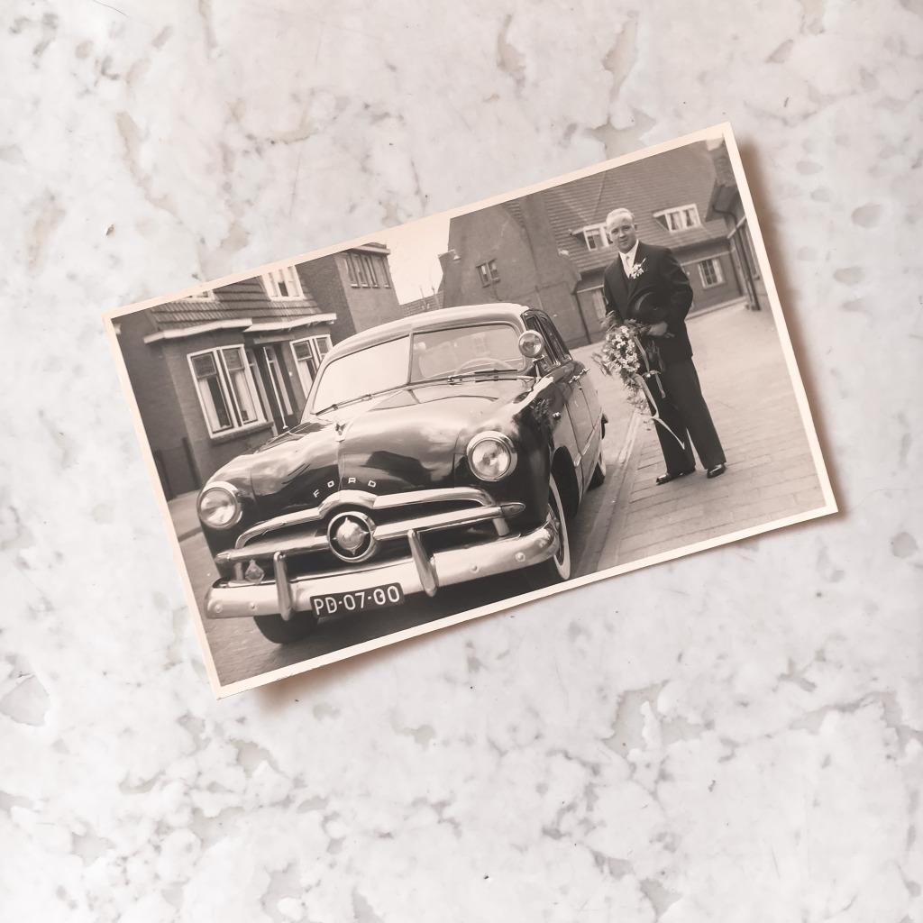 Mijn opa bij de trouwauto