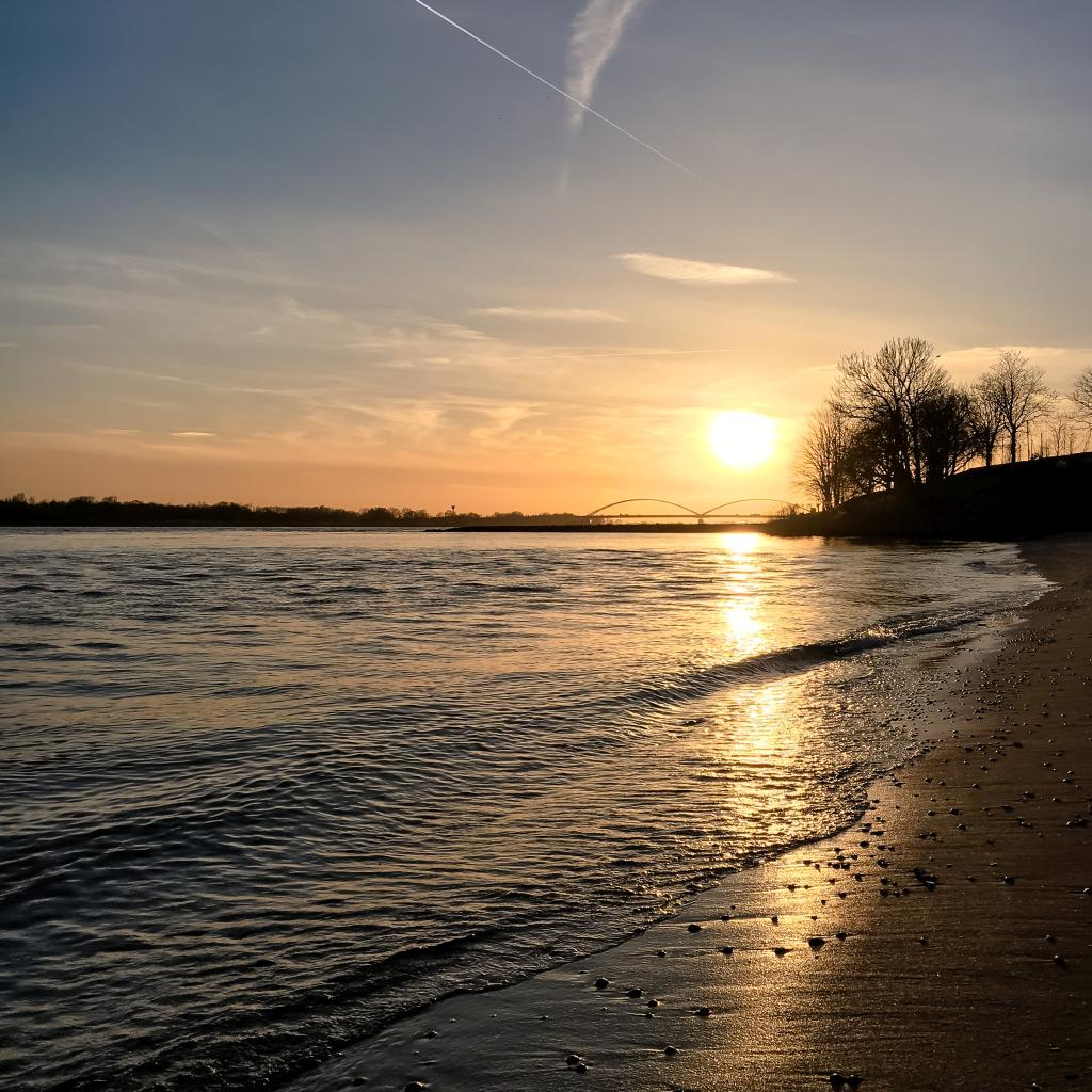Zonsondergang boven het strand
