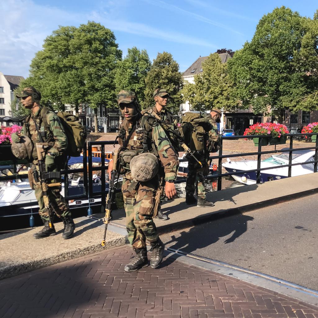 Soldaten in de stad