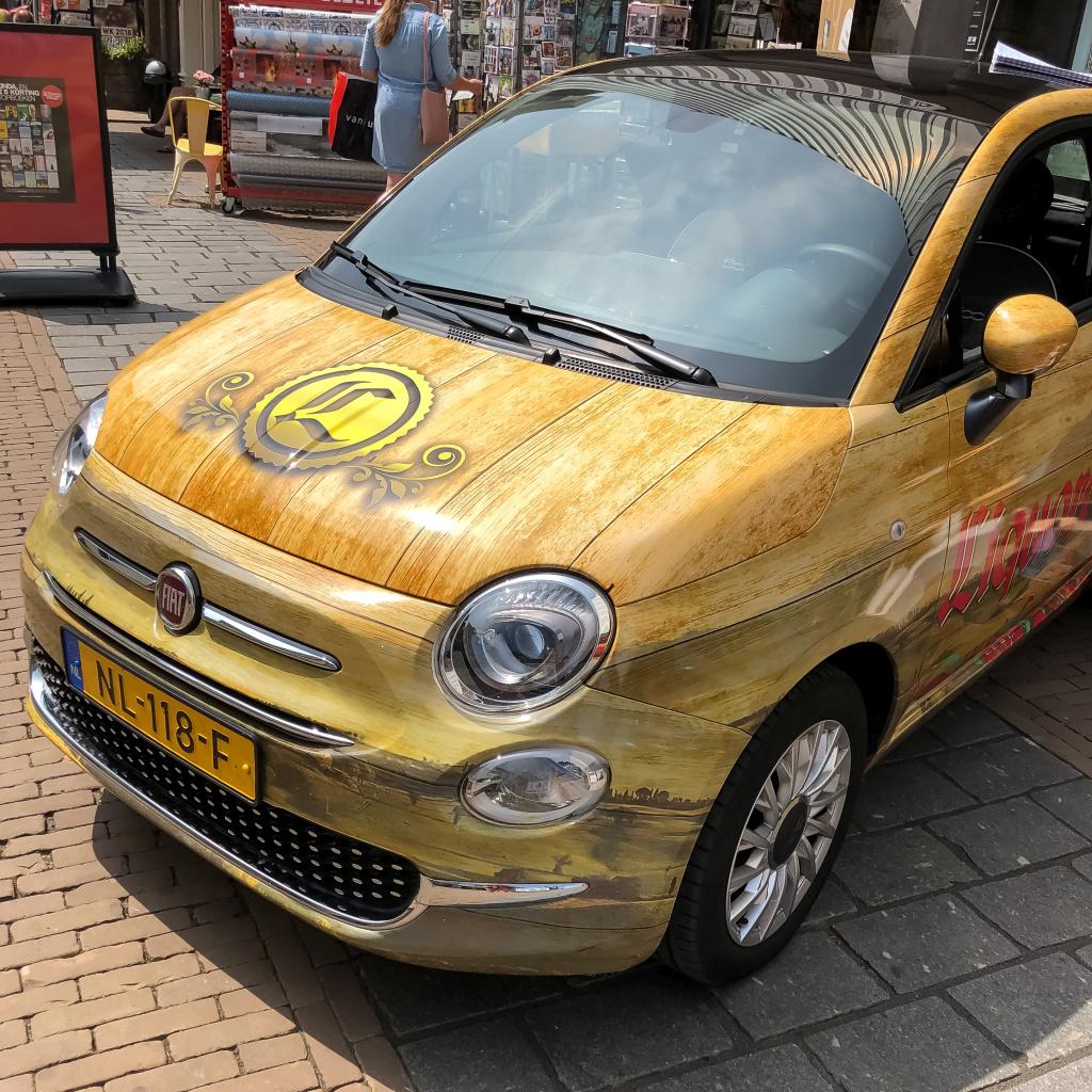 Auto met hout-dessin