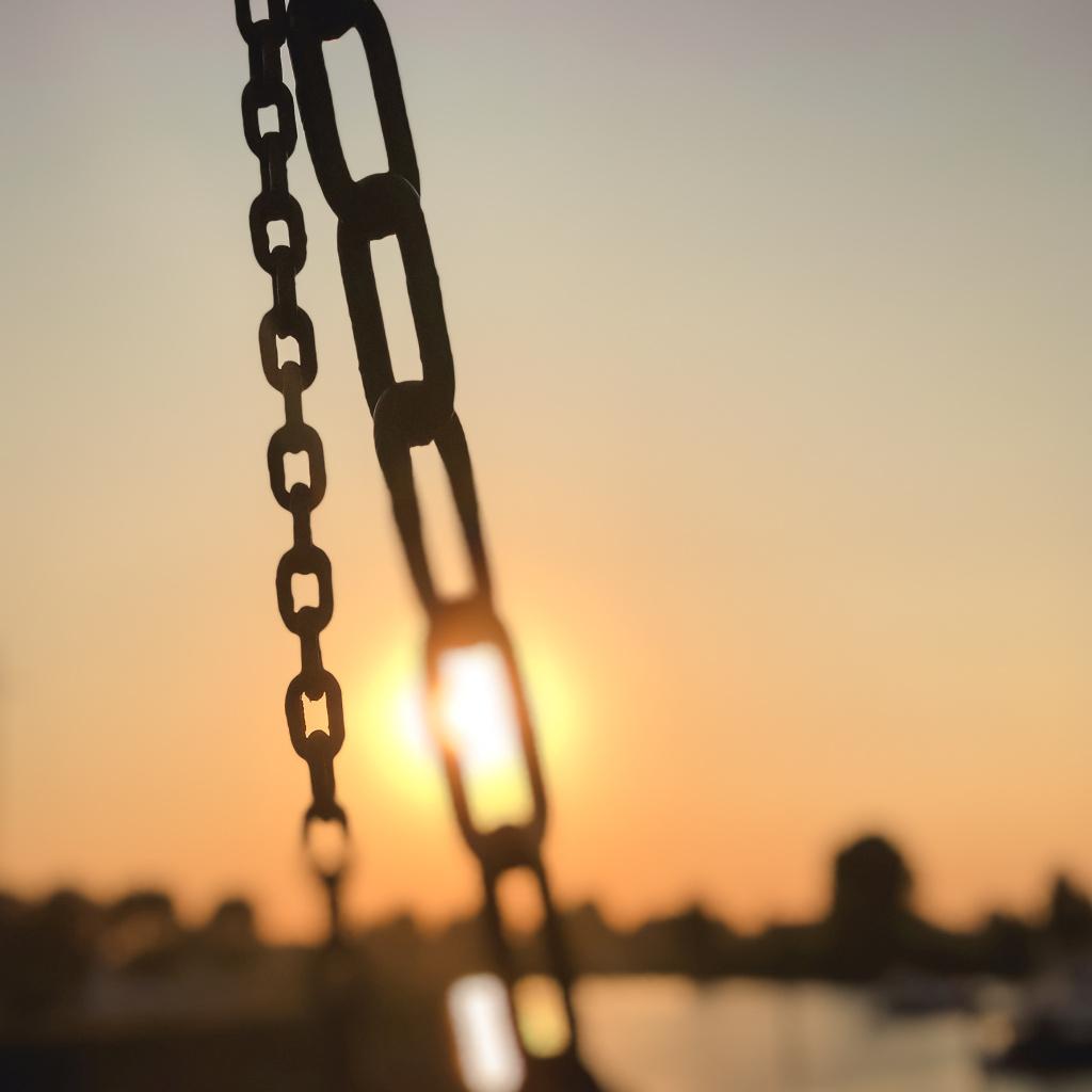 Kettingen en zonsondergang