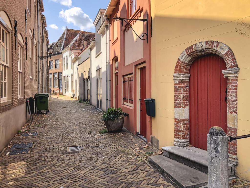 Italiaans aandoend straatje in Zaltbommel