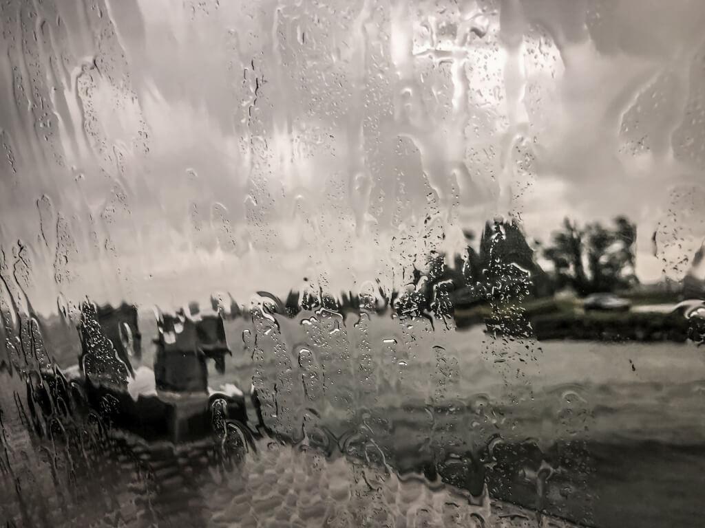 Regen op het water