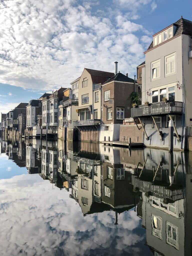 Strakke reflectie in de Lingehaven