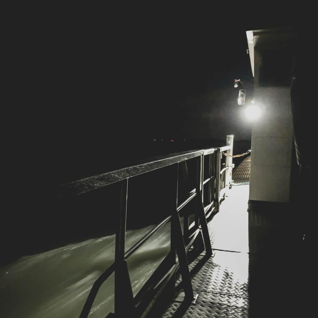 In het donker op de pont