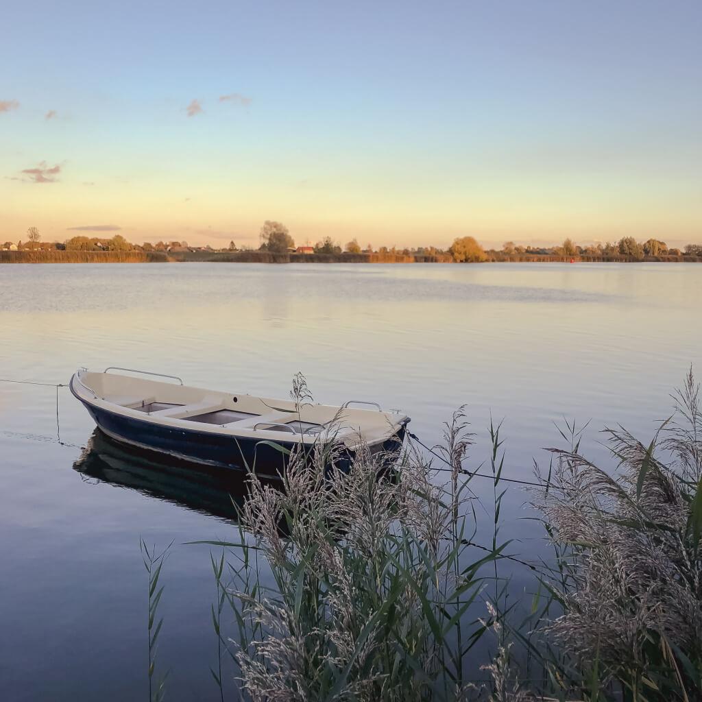 Bootje in de Maas bij Andel