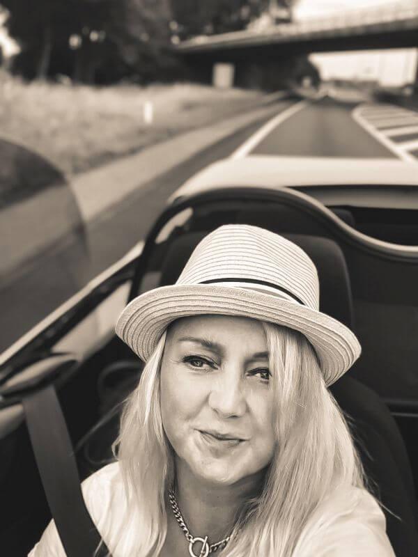 Car-selfie met hoedje
