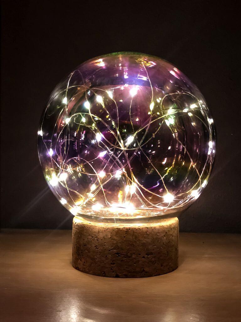 Glazen bal met lichtjes