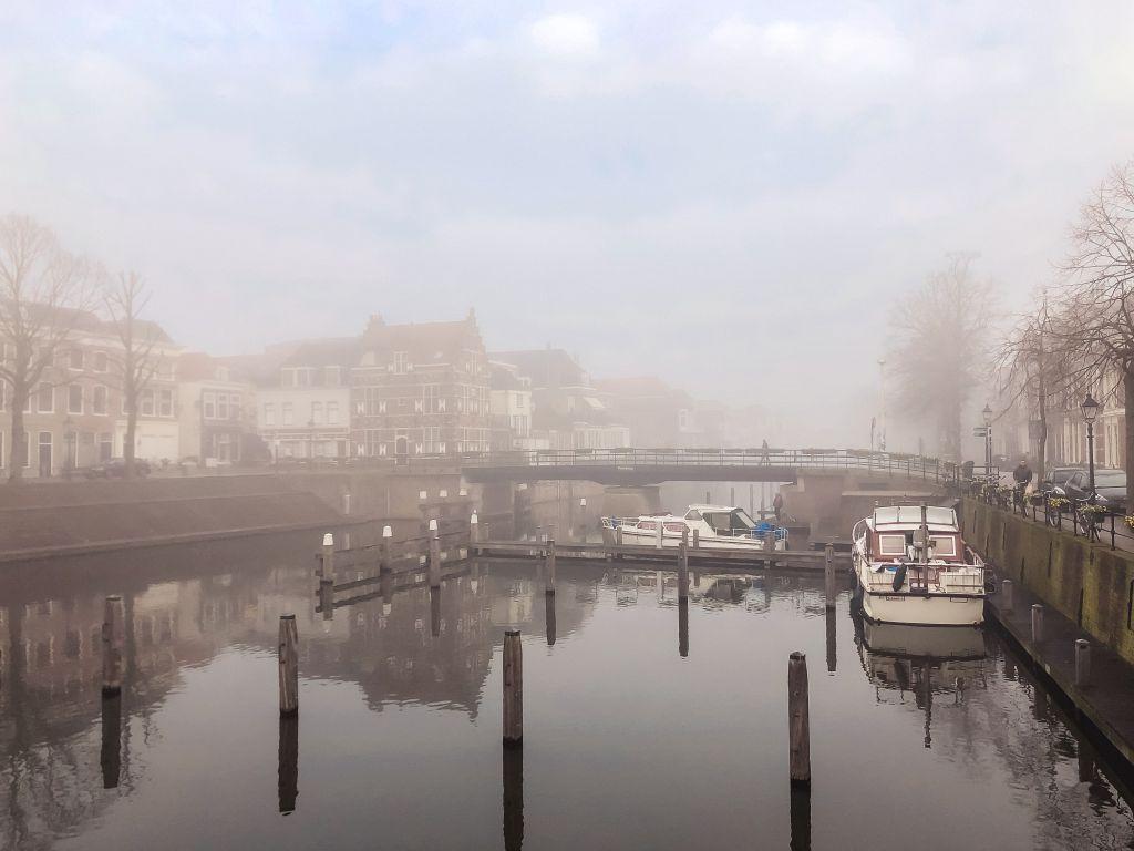 Lingehaven in de mist