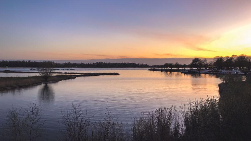 Zonsondergang boven de Merwede