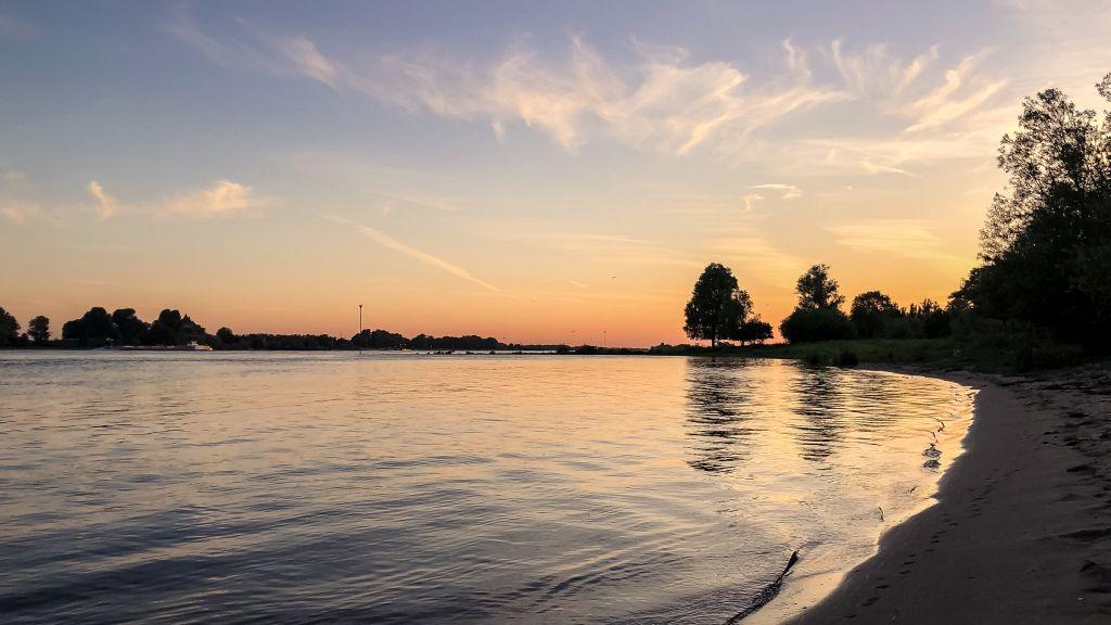 Waal bij zonsondergang