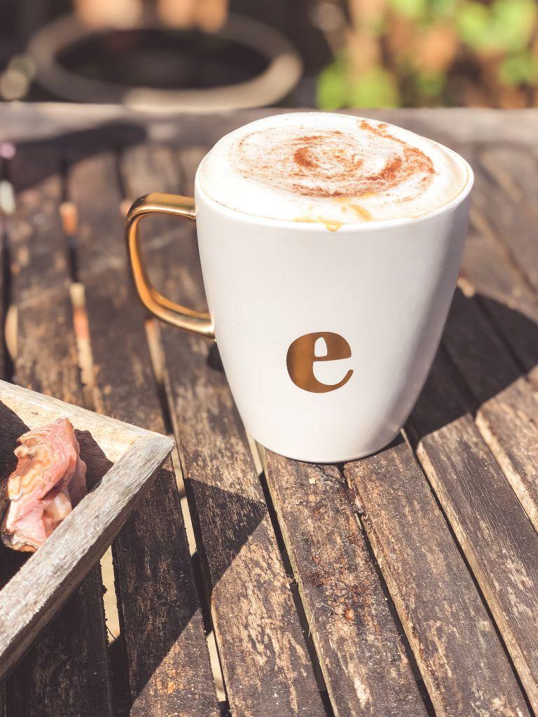 Koffie in de ochtendzon