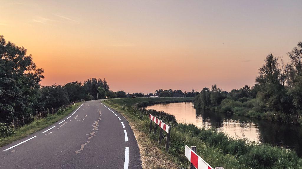 Naar huis rijden bij zonsondergang