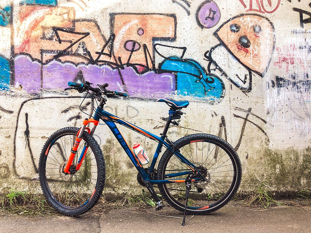 Mijn fiets bij een graffiti wall