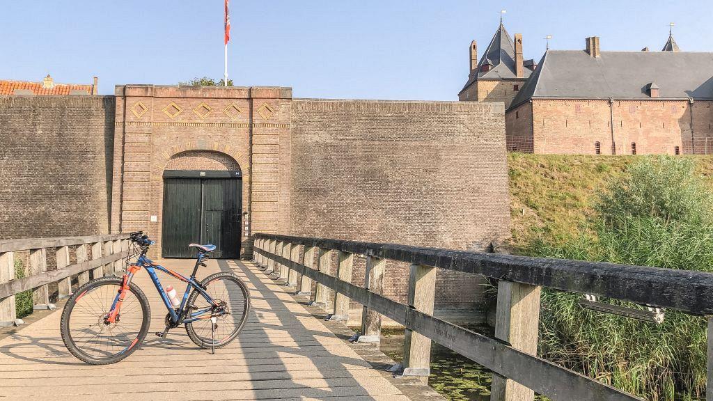 Mijn fiets bij Slot Loevestein