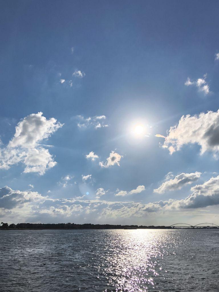 Blauwe lucht boven de Merwede