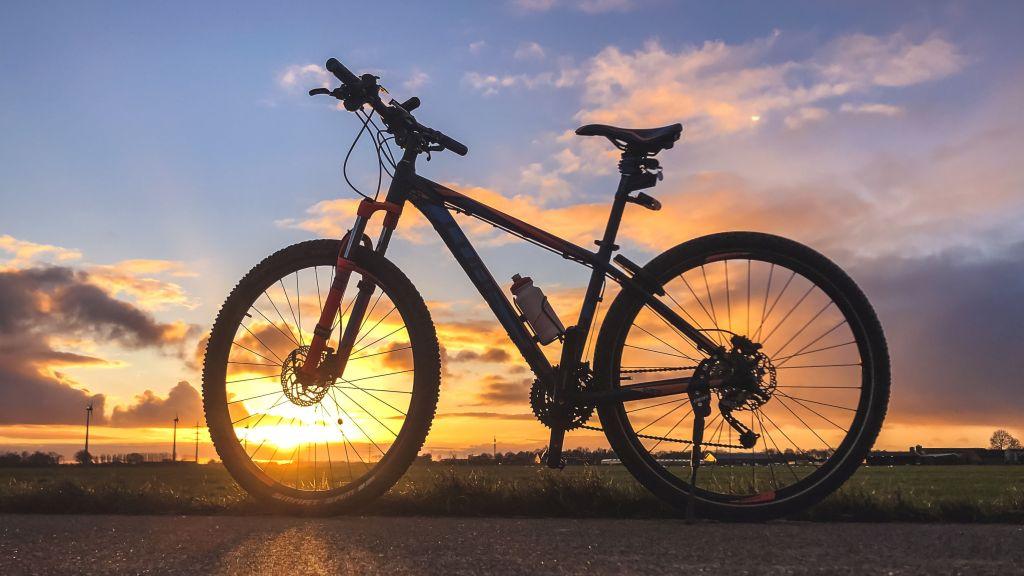 Fiets bij zonsondergang